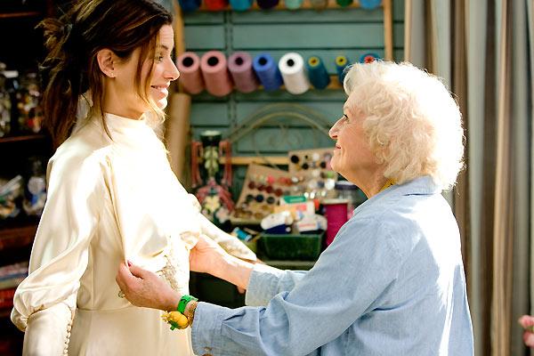 La grand-mère pétillante et un peu taquine du film La Proposition